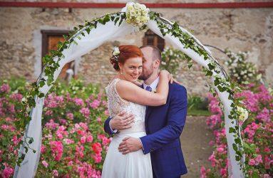 Zámek Třebešice romantická svatba v růžích